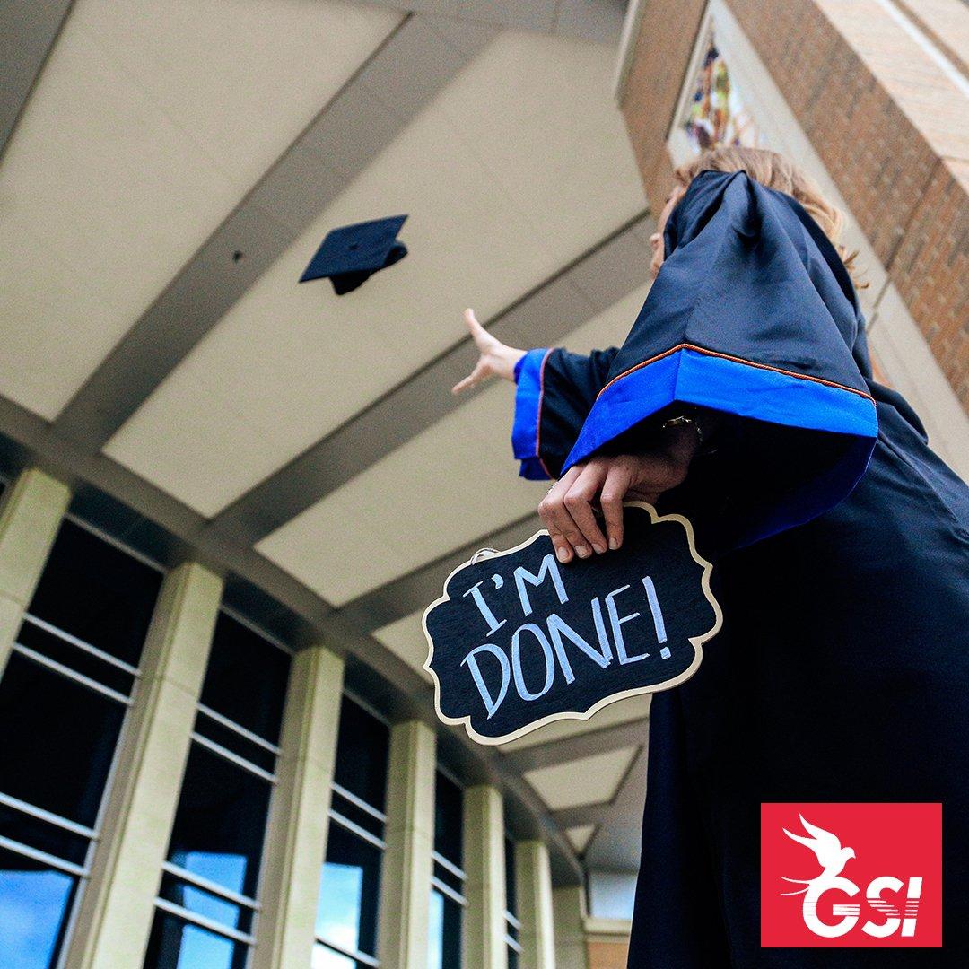persona graduada de la universidad aventando la toga caqrgando un letrero de graduada